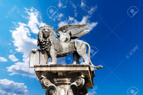 31815952-Il-leone-alato-di-San-Marco-simbolo-della-Repubblica-di-Venezia-in-Piazza-delle-Erbe-Verona-Archivio-Fotografico
