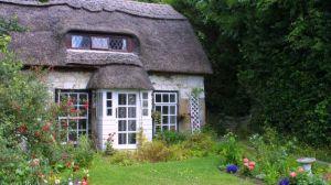 cottage inglese con il tipico tetto di canne palustri