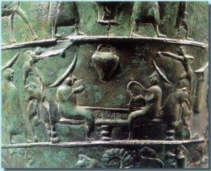 articolare della situla della Certosa: due nobili veneti suonano strumenti musicali tradizionali, una cetra ed una siringa (flauto di Pan), seduti su di un divano mentre due danzatori saltano sulle spalliere a forma di testa di lupo (Bompiani).