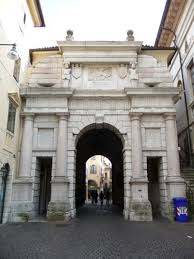porta Dojona uno degli antichi ingressi della città veneziana