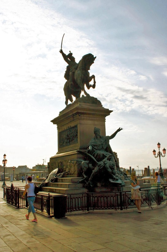 Monumento_a_Vittorio_Emanuele_II_(1887)_-_Foto_Giovanni_Dall'Orto,_12-Aug-2007_-_02