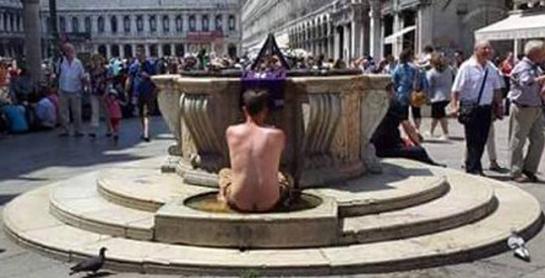 turisti_incivili_uomo_fa_bagno_nudo_fontana_venezia_645